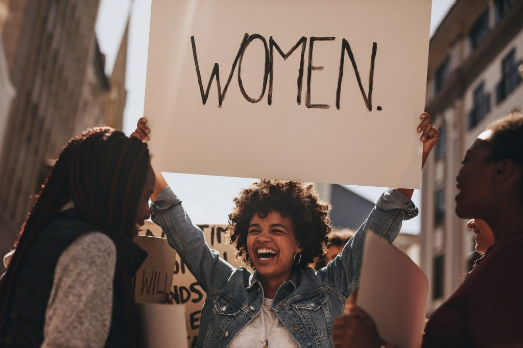 女性の権利を訴える人